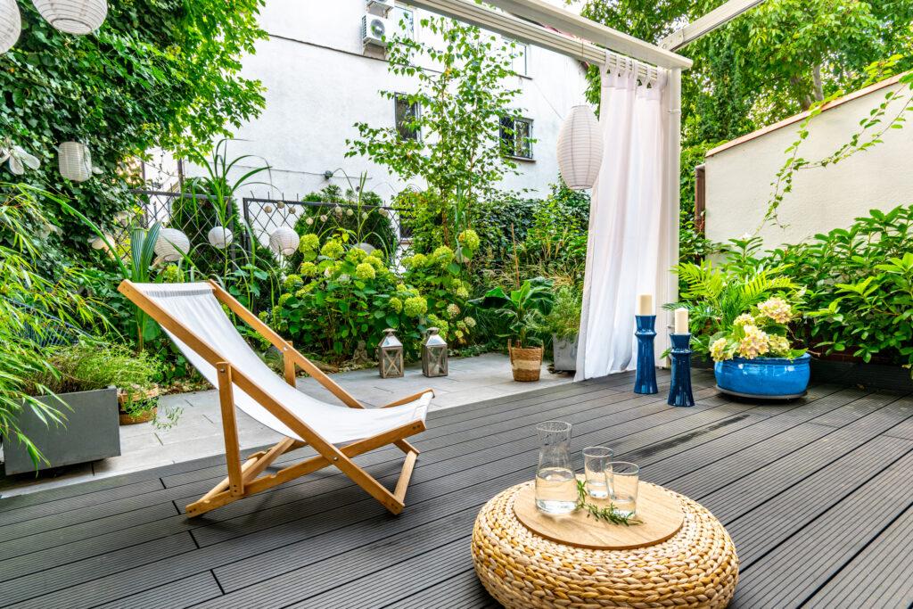 salon w ogrodzie, niebieskie dodatki w ogrodzie