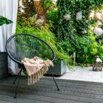 czarne fotele w ogrodzie