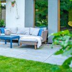 sofa na tarasie z niebieskimi dodatkami